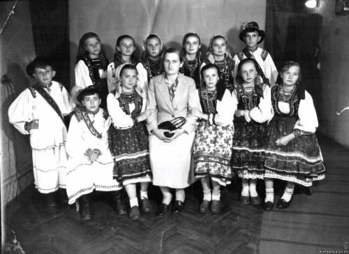 Учні хижанської школи в народному
